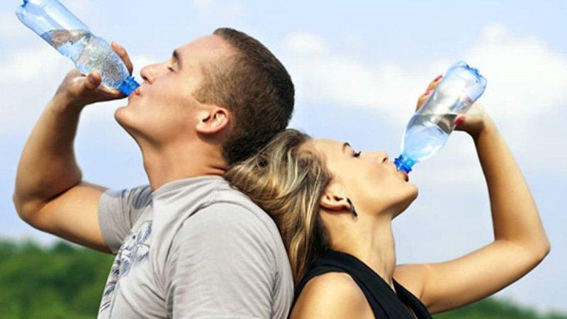 ¿Tomar agua ayuda a bajar de peso?
