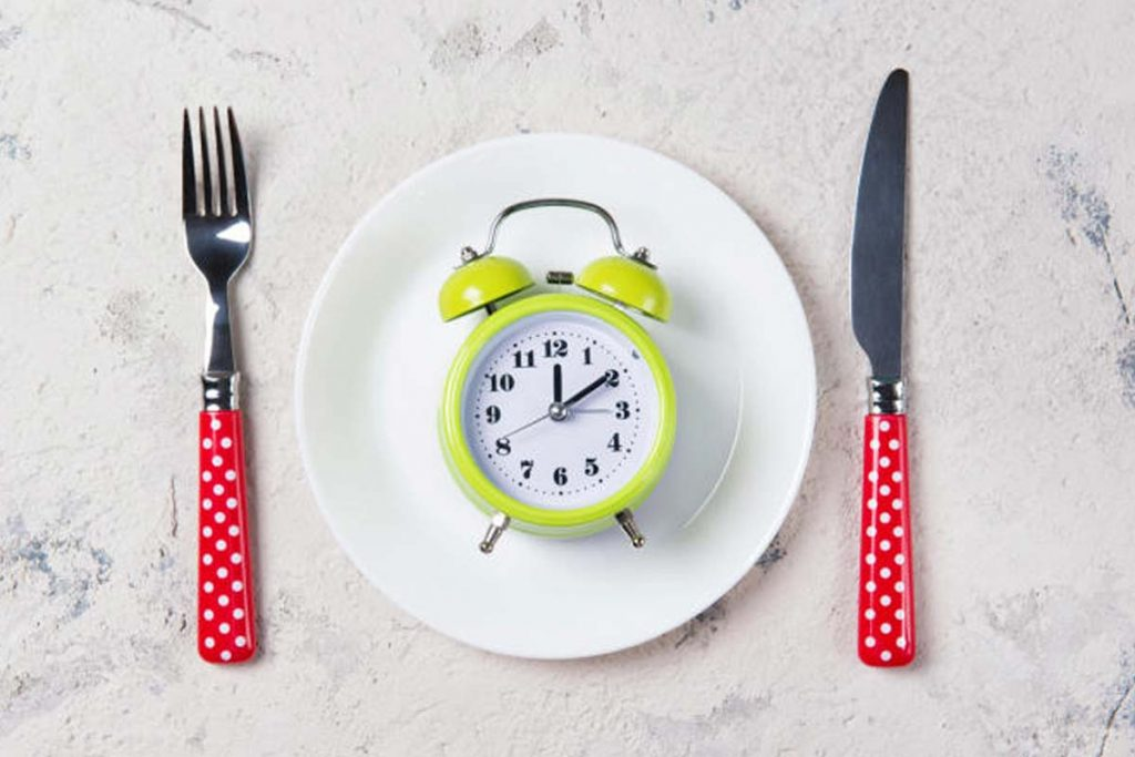 Comer tarde dificulta la pérdida de peso