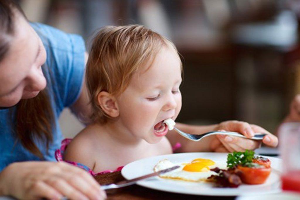 Enseñar a los niños a comer